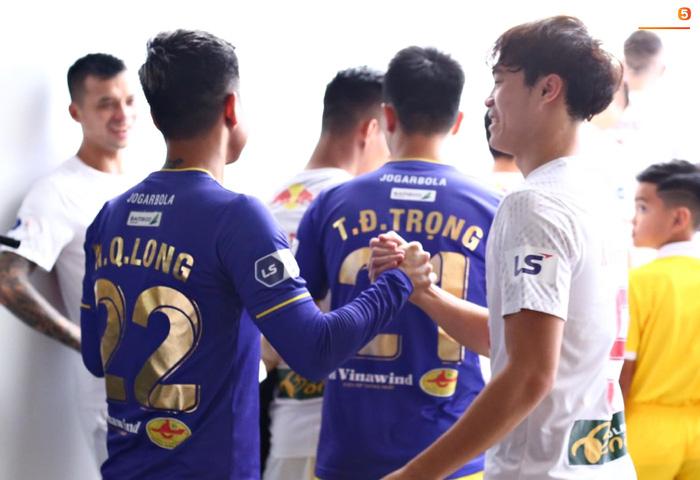 Văn Toàn trở thành đối tượng được các hậu vệ Hà Nội FC yêu thương trước đại chiến - ảnh 6