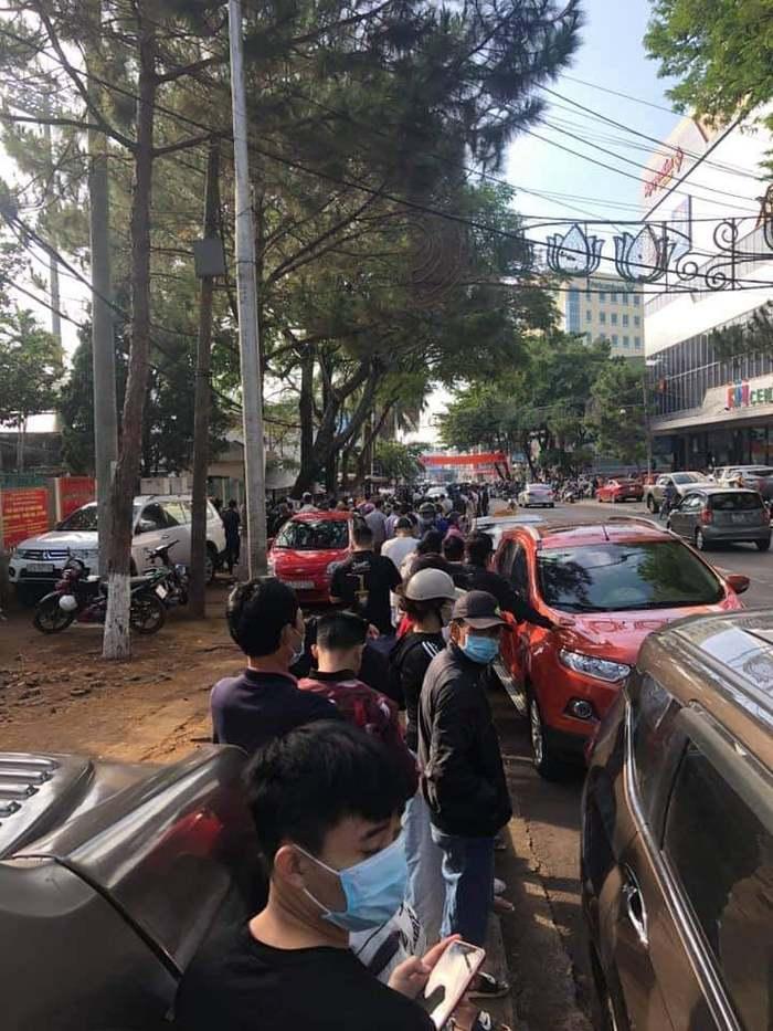 Hàng nghìn người đội nắng, chen lấn hỗn loạn mua vé trận HAGL vs Hà Nội FC - Ảnh 4.