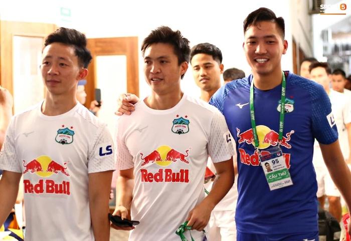 Văn Toàn trở thành đối tượng được các hậu vệ Hà Nội FC yêu thương trước đại chiến - ảnh 7