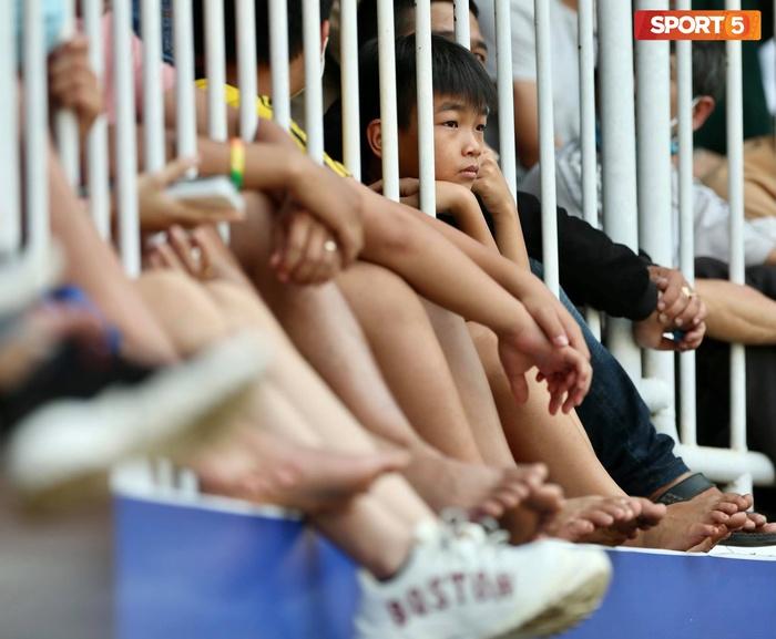 Fan phải ngồi đất, đứng chen chúc hàng loạt vì không có ghế ngồi xem trận HAGL và Hà Nội FC - ảnh 5