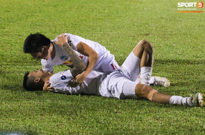 Nguyễn Tuấn Anh ăn mừng cực dị cùng Hữu Tuấn sau trận thắng Hà Nội FC - ảnh 2