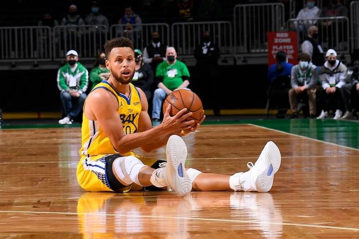 Tỏa sáng với 11 cú ném 3 điểm, Stephen Curry vẫn thua ngược trước Boston Celtics - Ảnh 1.