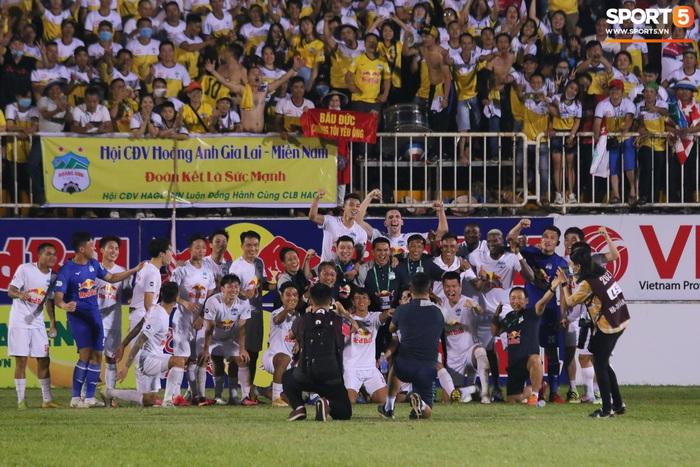 Nguyễn Tuấn Anh ăn mừng cực dị cùng Hữu Tuấn sau trận thắng Hà Nội FC - ảnh 1