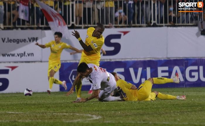 4 ngoại binh xô xát nảy lửa ở trận HAGL thắng Hà Nội FC - ảnh 1
