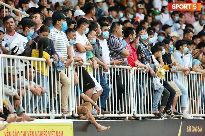 Fan phải ngồi đất, đứng chen chúc hàng loạt vì không có ghế ngồi xem trận HAGL và Hà Nội FC - ảnh 1