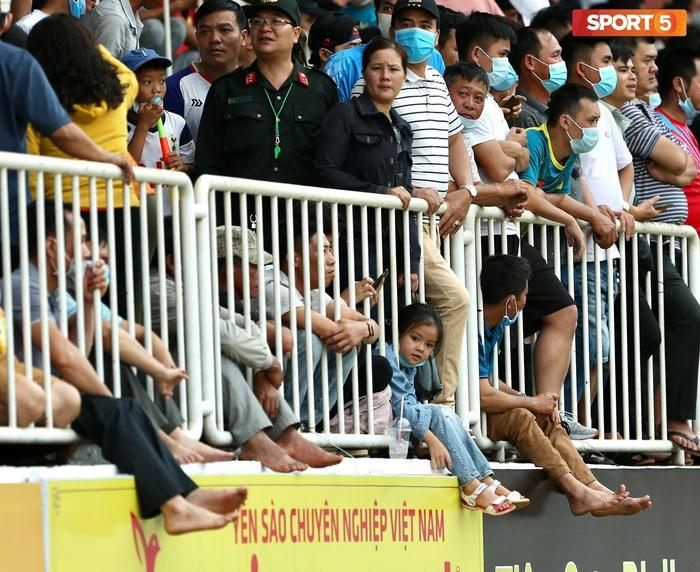 Fan phải ngồi đất, đứng chen chúc hàng loạt vì không có ghế ngồi xem trận HAGL và Hà Nội FC - ảnh 2
