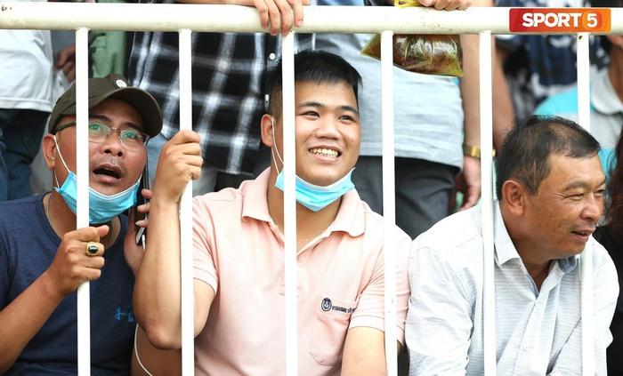Fan phải ngồi đất, đứng chen chúc hàng loạt vì không có ghế ngồi xem trận HAGL và Hà Nội FC - ảnh 6