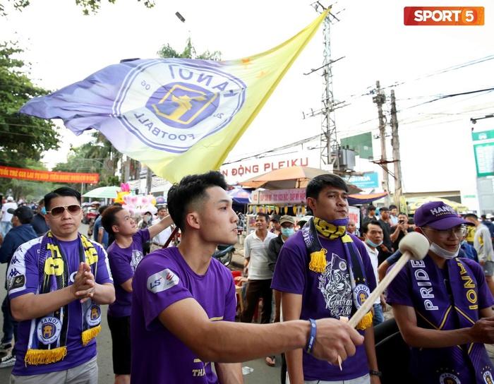 Fan phải ngồi đất, đứng chen chúc hàng loạt vì không có ghế ngồi xem trận HAGL và Hà Nội FC - ảnh 15