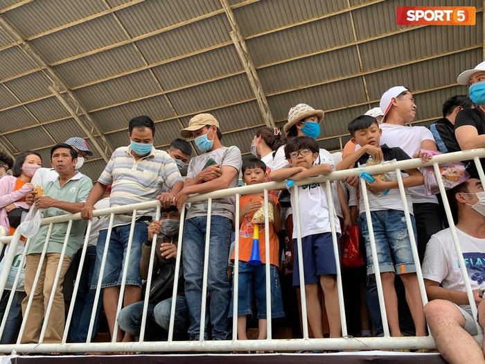 Fan phải ngồi đất, đứng chen chúc hàng loạt vì không có ghế ngồi xem trận HAGL và Hà Nội FC - ảnh 7