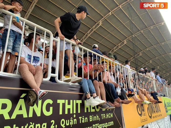 Fan phải ngồi đất, đứng chen chúc hàng loạt vì không có ghế ngồi xem trận HAGL và Hà Nội FC - ảnh 10