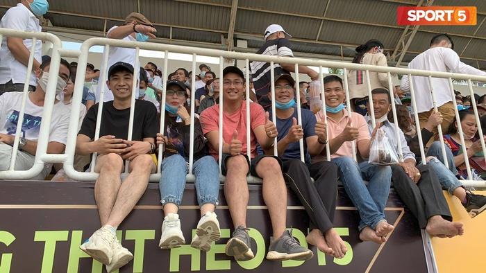 Fan phải ngồi đất, đứng chen chúc hàng loạt vì không có ghế ngồi xem trận HAGL và Hà Nội FC - ảnh 11