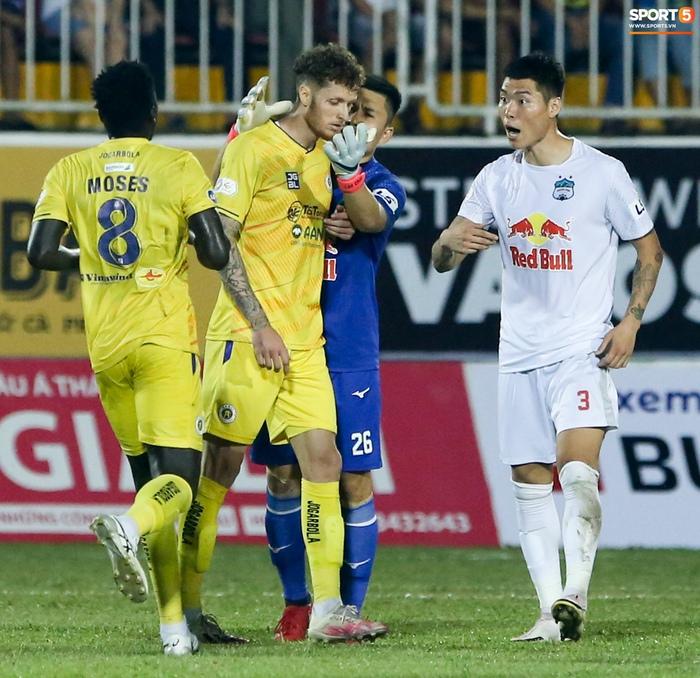 4 ngoại binh xô xát nảy lửa ở trận HAGL thắng Hà Nội FC - Ảnh 6.