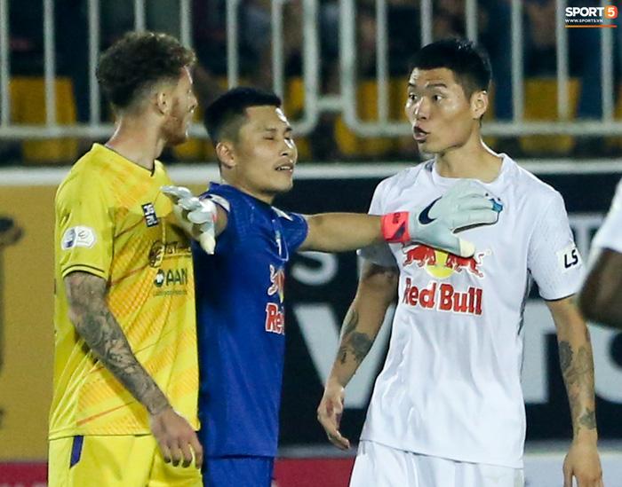 4 ngoại binh xô xát nảy lửa ở trận HAGL thắng Hà Nội FC - ảnh 7
