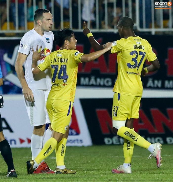4 ngoại binh xô xát nảy lửa ở trận HAGL thắng Hà Nội FC - Ảnh 5.