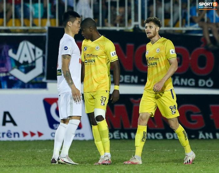 4 ngoại binh xô xát nảy lửa ở trận HAGL thắng Hà Nội FC - Ảnh 2.