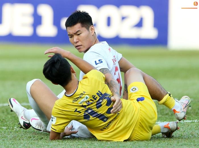 4 ngoại binh xô xát nảy lửa ở trận HAGL thắng Hà Nội FC - ảnh 9