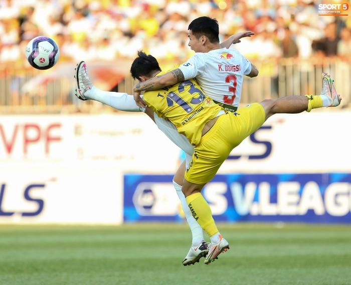 4 ngoại binh xô xát nảy lửa ở trận HAGL thắng Hà Nội FC - Ảnh 8.