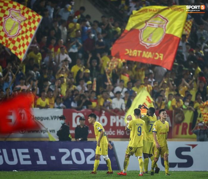 V.League đột biến sau vòng 10: Nam Định âm thầm đua vô địch, Hà Nội FC đã biết hoảng - Ảnh 2.