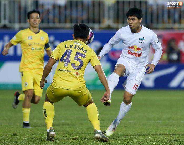 Công Phượng bị Văn Toàn vái lạy, gọi là đồ tham lam sau pha bóng trong trận thắng Hà Nội FC - ảnh 1