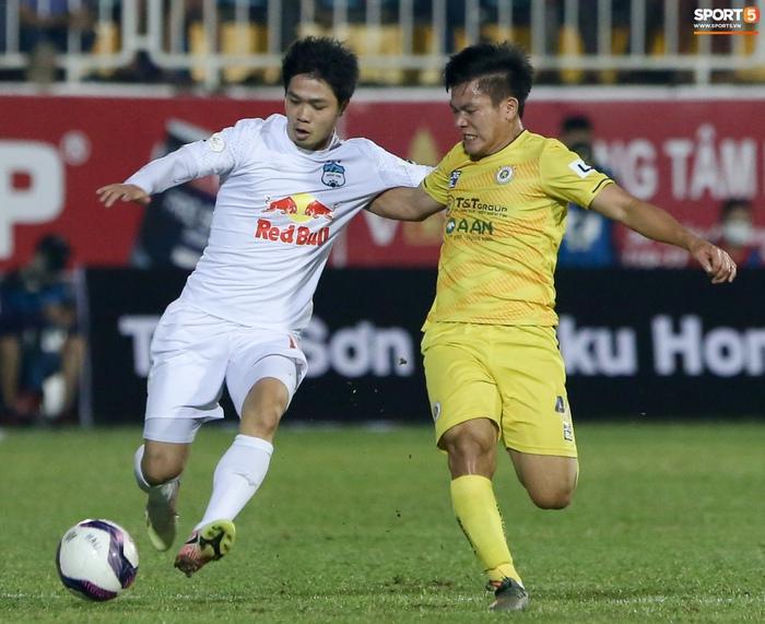 Công Phượng bị Văn Toàn vái lạy, gọi là đồ tham lam sau pha bóng trong trận thắng Hà Nội FC - ảnh 4