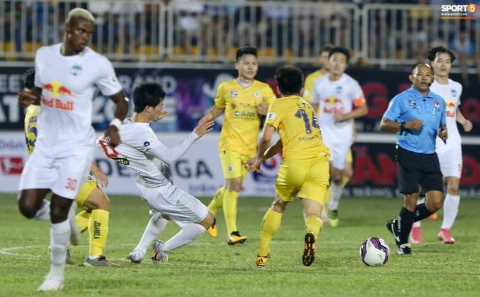 Công Phượng bị Văn Toàn vái lạy, gọi là đồ tham lam sau pha bóng trong trận thắng Hà Nội FC - ảnh 8