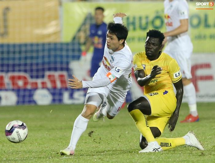 Công Phượng bị Văn Toàn vái lạy, gọi là đồ tham lam sau pha bóng trong trận thắng Hà Nội FC - ảnh 10