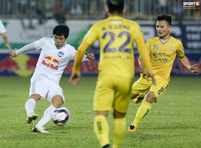 Công Phượng bị Văn Toàn vái lạy, gọi là đồ tham lam sau pha bóng trong trận thắng Hà Nội FC - ảnh 2