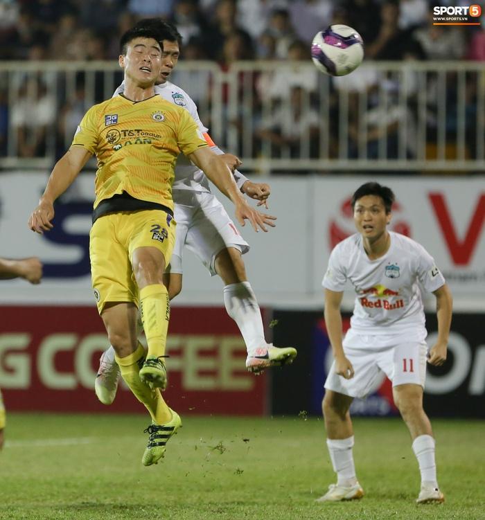 Công Phượng bị Văn Toàn vái lạy, gọi là đồ tham lam sau pha bóng trong trận thắng Hà Nội FC - ảnh 11