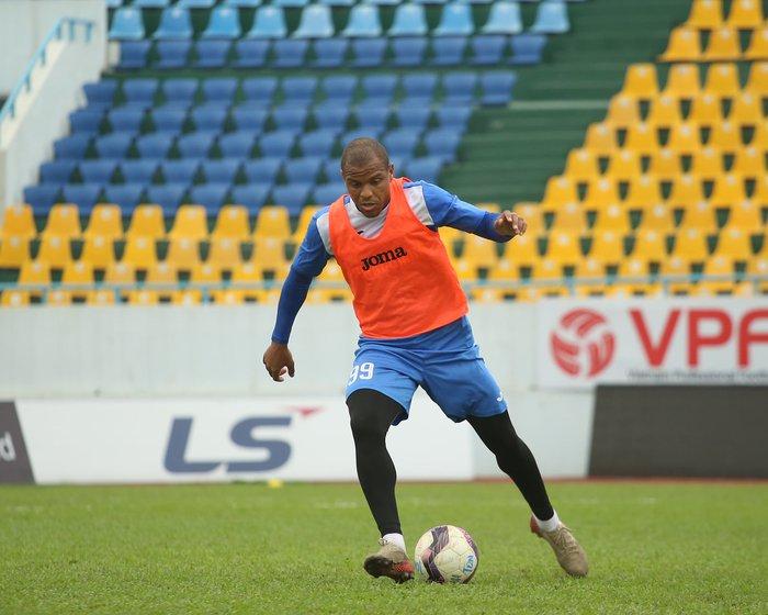 Cầu thủ Than Quảng Ninh trở lại tập luyện trước vòng 7 V.League: Nhà chẳng có gì ngoài... tinh thần - Ảnh 2.