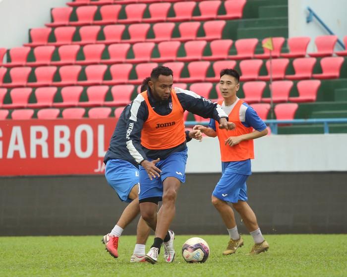 Cầu thủ Than Quảng Ninh trở lại tập luyện trước vòng 7 V.League: Nhà chẳng có gì ngoài... tinh thần - Ảnh 3.