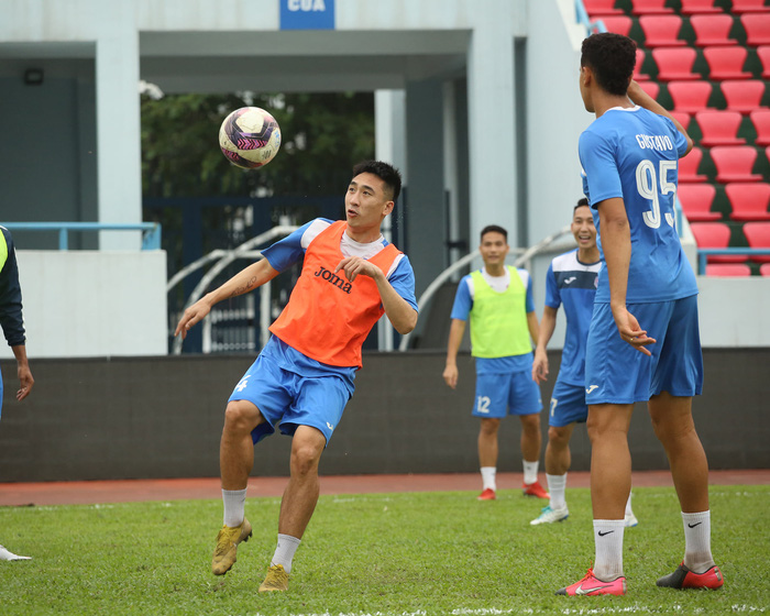 Cầu thủ Than Quảng Ninh trở lại tập luyện trước vòng 7 V.League: Nhà chẳng có gì ngoài... tinh thần - Ảnh 7.