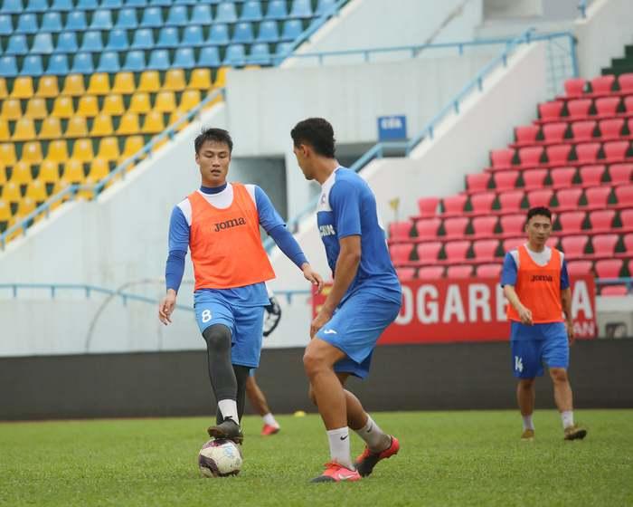 Cầu thủ Than Quảng Ninh trở lại tập luyện trước vòng 7 V.League: Nhà chẳng có gì ngoài... tinh thần - Ảnh 8.