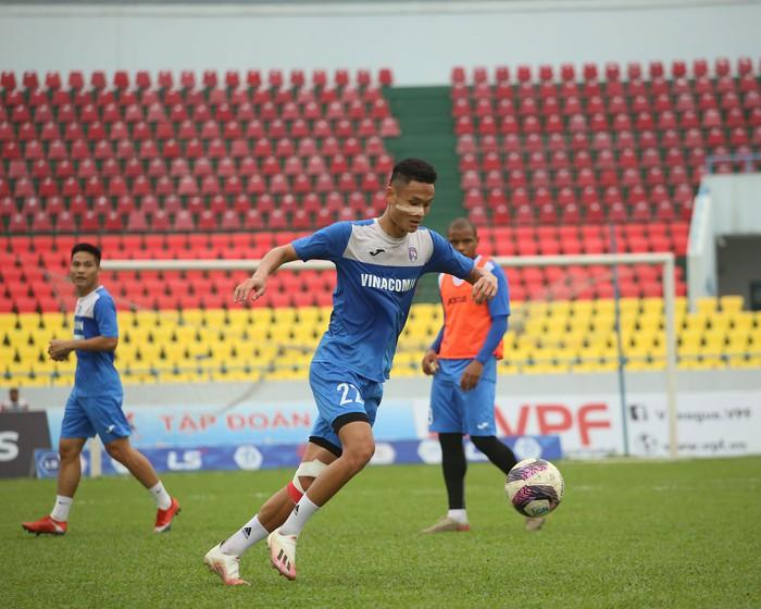 Cầu thủ Than Quảng Ninh trở lại tập luyện trước vòng 7 V.League: Nhà chẳng có gì ngoài... tinh thần - Ảnh 9.
