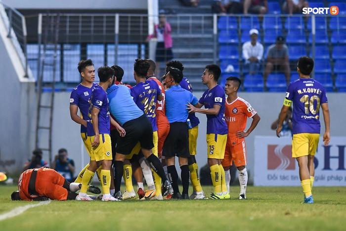 Tranh cãi: Hậu vệ Hà Nội FC sút vào bụng ngoại binh của Đà Nẵng - Ảnh 2.