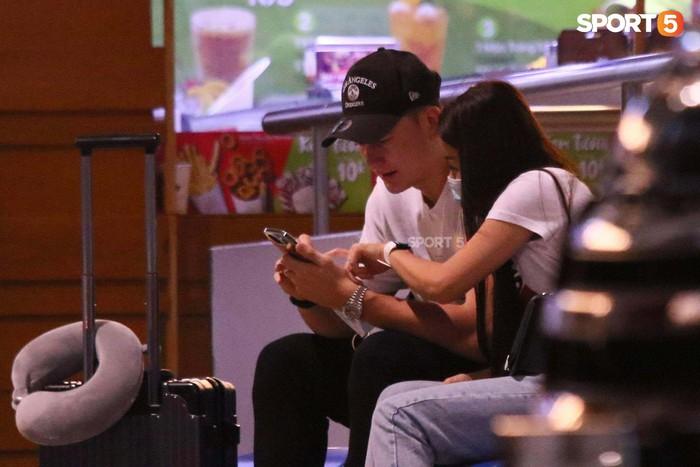 Đặng Văn Lâm lên đường sang Nhật Bản, bạn gái Yến Xuân bịn rịn tiễn ở sân bay - Ảnh 1.