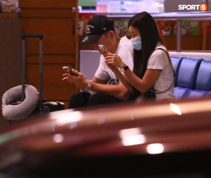 Đặng Văn Lâm lên đường sang Nhật Bản, bạn gái Yến Xuân bịn rịn tiễn ở sân bay - Ảnh 3.