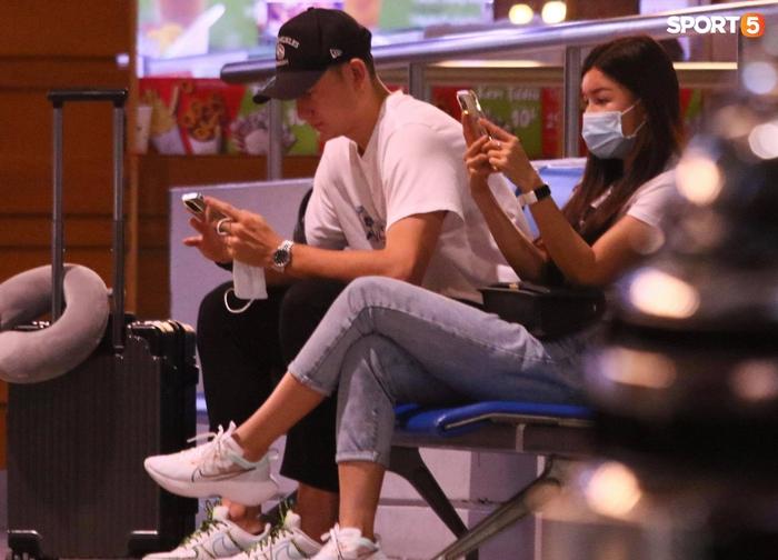 Đặng Văn Lâm lên đường sang Nhật Bản, bạn gái Yến Xuân bịn rịn tiễn ở sân bay - Ảnh 4.
