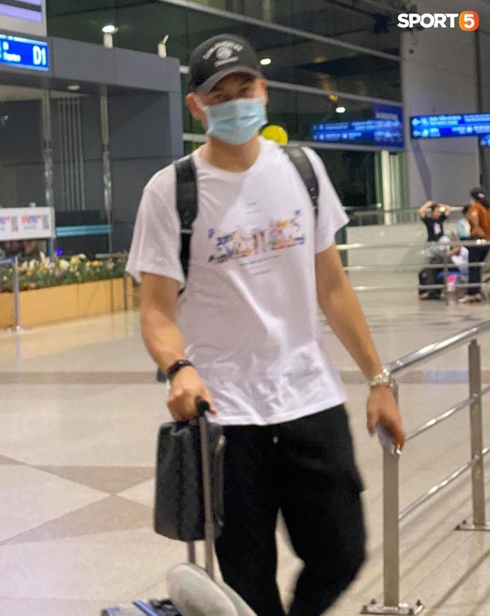 Đặng Văn Lâm lên đường sang Nhật Bản, bạn gái Yến Xuân bịn rịn tiễn ở sân bay - Ảnh 6.