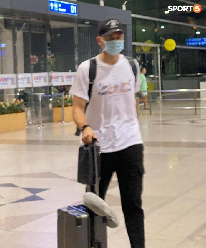 Đặng Văn Lâm lên đường sang Nhật Bản, bạn gái Yến Xuân bịn rịn tiễn ở sân bay - Ảnh 5.