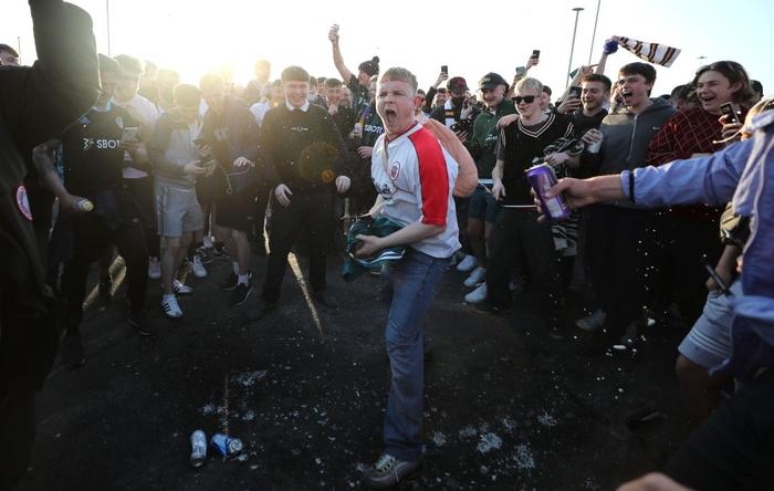 Liverpool bị đối thủ cà khịa thẳng mặt vì gia nhập Super League, fan đốt áo khiến HLV Klopp giận tím người - Ảnh 3.