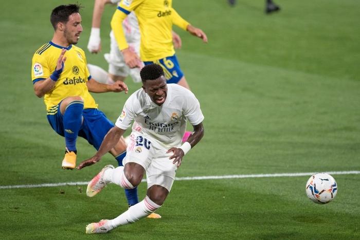 Vượt qua mớ bòng bong Super League, Real Madrid thắng đậm để vươn lên ngôi đầu La Liga - Ảnh 3.