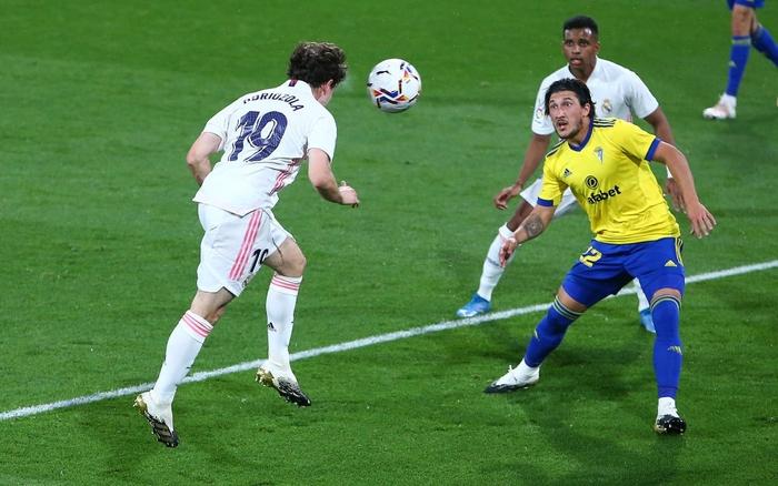 Vượt qua mớ bòng bong Super League, Real Madrid thắng đậm để vươn lên ngôi đầu La Liga - Ảnh 5.
