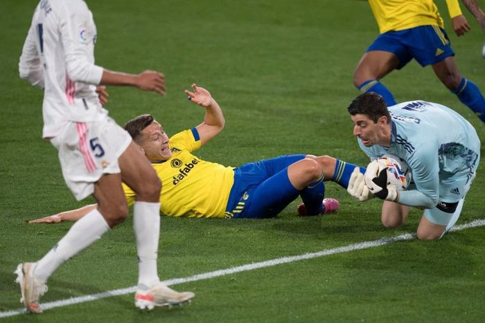 Vượt qua mớ bòng bong Super League, Real Madrid thắng đậm để vươn lên ngôi đầu La Liga - Ảnh 8.