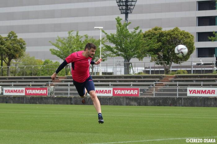 """Văn Lâm hạnh phúc trong lần đầu tập luyện ở Cerezo Osaka, nhờ """"em yêu"""" nhận xét màu áo mới - ảnh 6"""