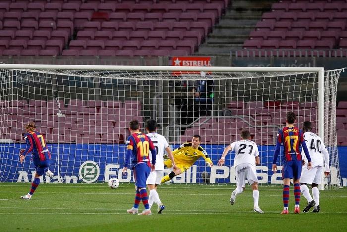 Messi tỏa sáng rực rỡ, Barca đại thắng 5-2 để tiếp tục cuộc đua tam mã La Liga - Ảnh 9.