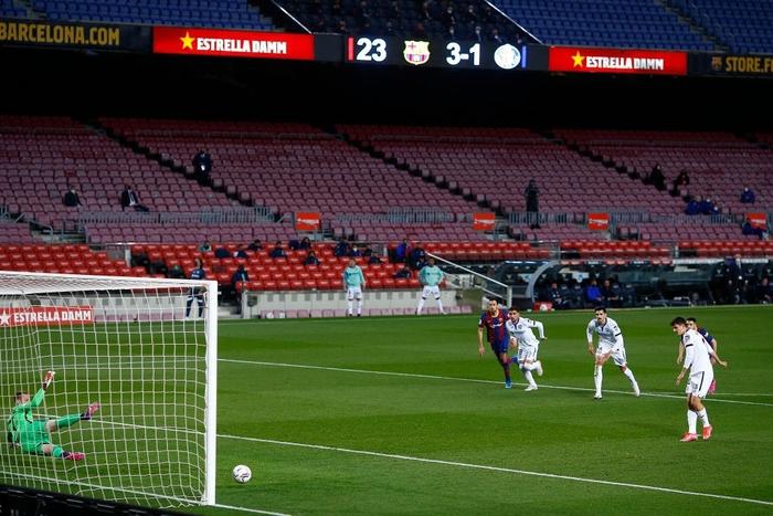 Messi tỏa sáng rực rỡ, Barca đại thắng 5-2 để tiếp tục cuộc đua tam mã La Liga - Ảnh 7.