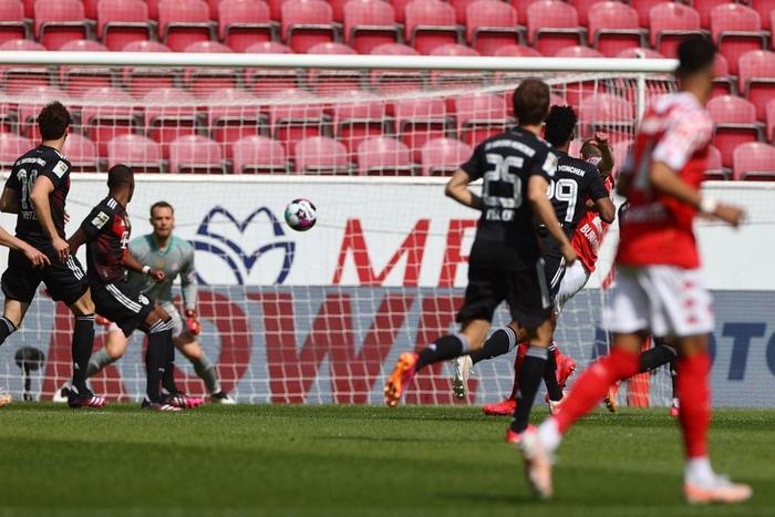 Bất ngờ nhận thất bại trước Mainz 05, Bayern Munich bỏ lỡ cơ hội vô địch sớm - Ảnh 1.