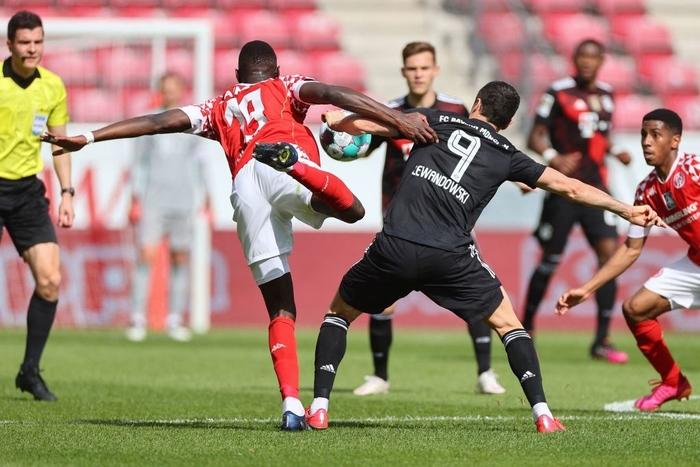 Bất ngờ nhận thất bại trước Mainz 05, Bayern Munich bỏ lỡ cơ hội vô địch sớm - Ảnh 3.
