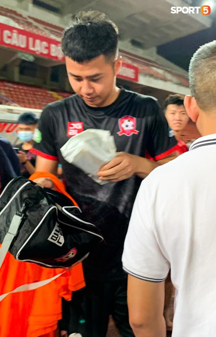 """Thủ môn U23 """"đảm đang"""" cõng đồng đội chấn thương rời sân, Hải Phòng FC thắng CLB Bình Phước đầy cảm xúc ở Cúp Quốc gia - Ảnh 2."""