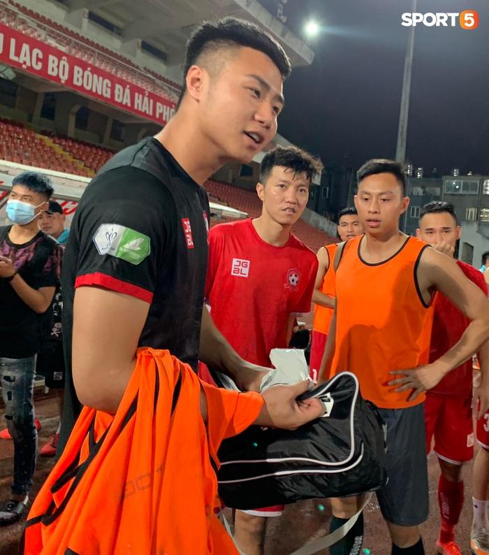 """Thủ môn U23 """"đảm đang"""" cõng đồng đội chấn thương rời sân, Hải Phòng FC thắng CLB Bình Phước đầy cảm xúc ở Cúp Quốc gia - Ảnh 3."""